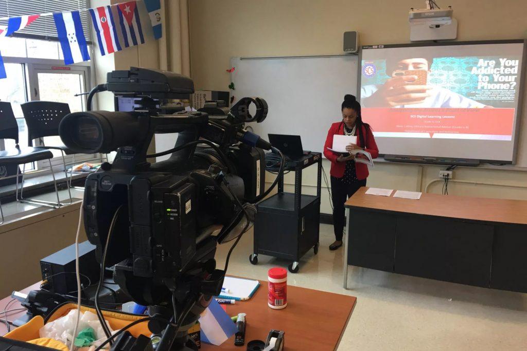 Nauczyciele, pracujący w szkołach w hrabstwie Shelby, nagrali lekcje do emisji w telewizji. Chcą dotrzeć do większej liczby uczniów, którzy mogą nie mieć dostępu do internetu. Zdjęcie: Shelby County Schools