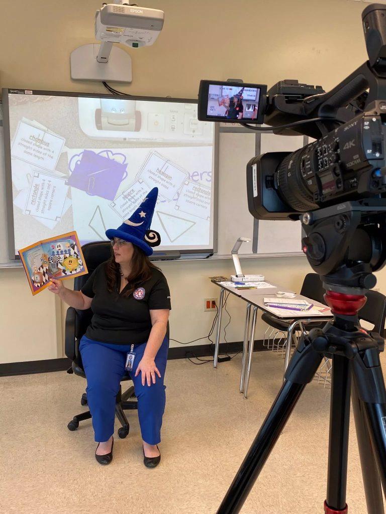 Nauczyciele, pracujący w szkołach w hrabstwie Shelby, nagrali lekcje do emisji w telewizji, aby dotrzeć do większej liczby uczniów, którzy mogą nie mieć dostępu do internetu. Zdjęcie: Shelby County Schools